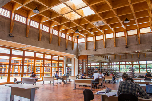 Fotografia do espaço de leitura construído e sendo ocupado